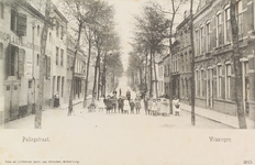 4241 Gezicht op de Palingstraat te Vlissingen met links de bergplaats voor goederen van de firma Polak en in het midden ...