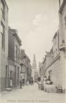 4245 Gezicht op de Sarazijnstraat te Vlissingen met poserende personenen, o.a. vrouw in Arnemuidse klederdracht, op de ...