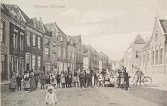 4248 Gezicht op de Slijkstraat te Vlissingen met poserende jeugd