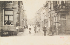 4266 Gezicht op de Walstraat te Vlissingen met poserende personen en rechts het wijn- en bierhuis van J.C. Struijk