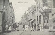 4268 Gezicht op de Walstraat te Vlissingen met poserende personen en rechts het café-restaurant met vergunning van J. ...