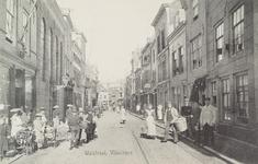 4269 Gezicht op de Walstraat te Vlissingen met poserende personen