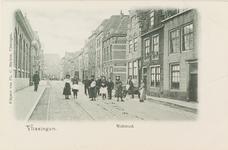 4271 Gezicht op de Walstraat te Vlissingen met poserende jeugd
