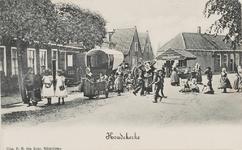 493 Spelende jeugd op het Dorpsplein te Koudekerke met links een huifkar. Op de achtergrond de travalje
