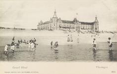 4930 Gezicht op het Grand Hotel Britannia aan Boulevard Evertsen te Vlissingen, met op de voorgrond mensen die pootje ...