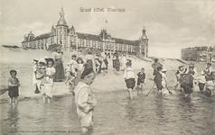 4931 Gezicht op het Grand Hotel Britannia aan Boulevard Evertsen te Vlissingen, met op de voorgrond mensen die pootje ...