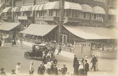 4953 Recreërende mensen voor het Strandhotel aan Boulevard Evertsen te Vlissingen