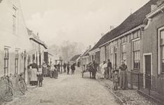 5077 Gezicht op de Hoofdstraat in Biezelinge, met links achteraan een travalje