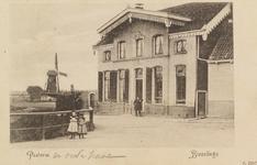 5080 Gezicht op de pastorie van de Nederlandse Hervormde gemeente Biezelinge, met links daarvan een molen
