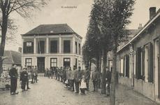518 Poserende militairen en dorpelingen bij het gemeentehuis aan het Dorpsplein te Koudekerke