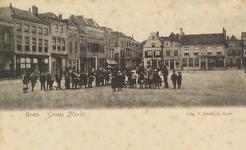 5229 Gezicht op de Grote Markt te Goes met een grote groep poserende kinderen. Op de achtergrond de Opril met rechts ...