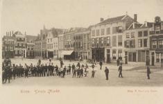 5230 Gezicht op een groep poserende kinderen op de Grote Markt te Goes. Geheel rechts het zgn. Frank van Borsselenhuis