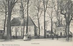 524 Het Dorpsplein te Koudekerke met de Nederlandse Hervormde kerk vanaf de zuidzijde gezien. Op de achtergrond het ...