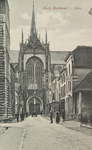 5260 Gezicht op de Korte Kerkstraat in Goes in de richting van de Maria Magdalenakerk, met rechts een huis voorzien van ...