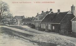 5525 Gezicht op de straat in 's-Heer Arendskerke waaraan het postkantoor is gelegen, met op de achtergrond de toren van ...