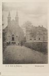 5553 Gezicht op de rooms-katholieke kerk met pastorie in Heinkenszand, met poserende personen onder wie een veldwachter