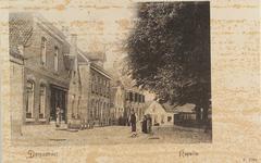 5581 Gezicht op het Kerkplein in Kapelle, met op de achtergrond (met de luiken) de pastorie van de Nederlandse ...