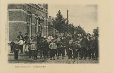 5662 Een groep personen poseert voor het post- en telegraafkantoor aan de Noordweg in Krabbendijke