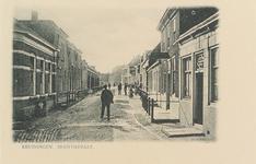 5684 Gezicht op de Hoofdstraat in Kruiningen, met rechts een café (eerste pand met met stoephekken)