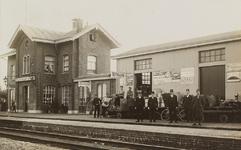 5704 Gezicht op het spoorwegstation Kruiningen-Yerseke met poserend spoorwegpersoneel