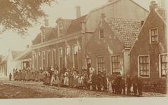 5726 Gezicht op de noordzijde van het Dorpsplein in Nisse, met het gemeentehuis