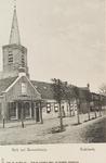 5740 Gezicht op de Nederlandse Hervormde kerk en het gemeentehuis aan de met leilinden beplante Dopsstraat te Oudelande