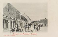 5757 Gezicht op het Dorpsplein te Ovezande met het postkantoor (tweede huis van links) en de gemeenteherberg (links op ...