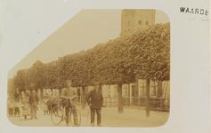 5816 Gezicht op de met leilinden beplante Dorpsstraat in Waarde, met boven de bomen een deel van de toren van de ...