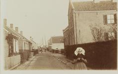 5840 Gezicht op de Wilhelminastraat in Wemeldinge, met rechts het post- en telegraafkantoor en op de voorgrond een ...