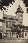 5854 Gezicht op het gemeentehuis in Wemeldinge, met links daarvan café-restaurant Korstanje
