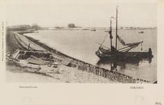 5940 Gezicht op de zeedijk in Yerseke waarop dakpannen klaar liggen om te worden gewit en die worden uitgezet in de ...