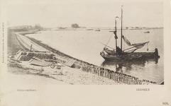 5950 Gezicht op de zeedijk in Yerseke waarop dakpannen klaar liggen om te worden gewit en die worden uitgezet in de ...