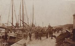 5984 Poserende mannen bij de haven van Colijnsplaat, met aan de kade het schip Maria Elisabeth