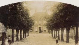 5990 Gezicht op de Voorstraat te Colijnsplaat, met op de achtergrond het gemeentehuis