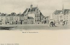 6078 Gezicht op de Markt te Brouwershaven in de richting van het stadhuis, met links van dit gebouw resp. een bierhuis ...