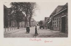 625 Gezicht op een straat in Oostkapelle met een kar en een meisje met kinderwagen