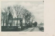 6277 Gezicht op de Elkerzeeseweg te Elkerzee met links vooraan de Nederlandse Hervormde kerk met pastorie en rechts de ...