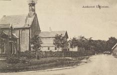 6281 Gezicht op de Nederlandse Hervormde kerk en bijbehorende pastorie te Elkerzee, met rechts de herberg
