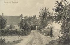 6371 Gezicht op de Breedsteweg bij de afslag Jonge Jan Boeyesweg te Haamstede, met zittend het meisje Mina van der Have