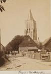 646 Gezicht op een straat in Oostkapelle met op de achtergrond de toren van de Ned. Herv. kerk
