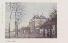 6473 Gezicht op de Dorpsring in Noordwelle, met het als herenhuis gebouwde gemeentehuis en op de voorgrond een travalje