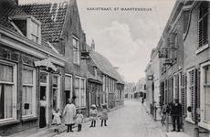 7260 Gezicht op de Kaaistraat in Sint Maartensdijk, met links sigarenfabriek De Hoop, ernaast een huis met een ...