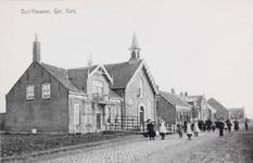 7319 Gezicht op de Gereformeerde kerk en bijbehorende pastorie in Oud-Vossemeer, met voor het laatste gebouw rekken ...