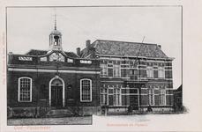7321 Gezicht op het gemeentehuis en de pastorie van de Nederlandse Hervormde gemeente in Oud-Vossemeer