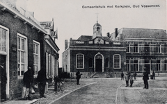 7322 Gezicht op het Kerkplein met het gemeentehuis en de pastorie van de Nederlandse Hervormde gemeente in Oud-Vossemeer