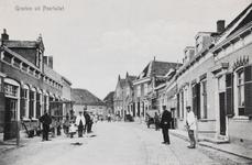 7335 Gezicht op de Markt in Poortvliet, met links een smederij met travalje