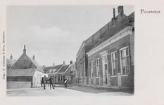 7336 Gezicht op de Dorpsstraat in Poortvliet, met rechts de pastorie van de Nederlandse Hervormde gemeente