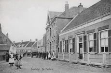 7337 Gezicht op de Dorpsstraat in Poortvliet, met rechts de pastorie van de Nederlandse Hervormde gemeente