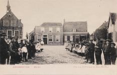 7351 Gezicht op de Markt in Scherpenisse, met links het gemeentehuis