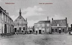 7353 Gezicht op de Markt in Scherpenisse, met links het gemeentehuis (met daktorentje)